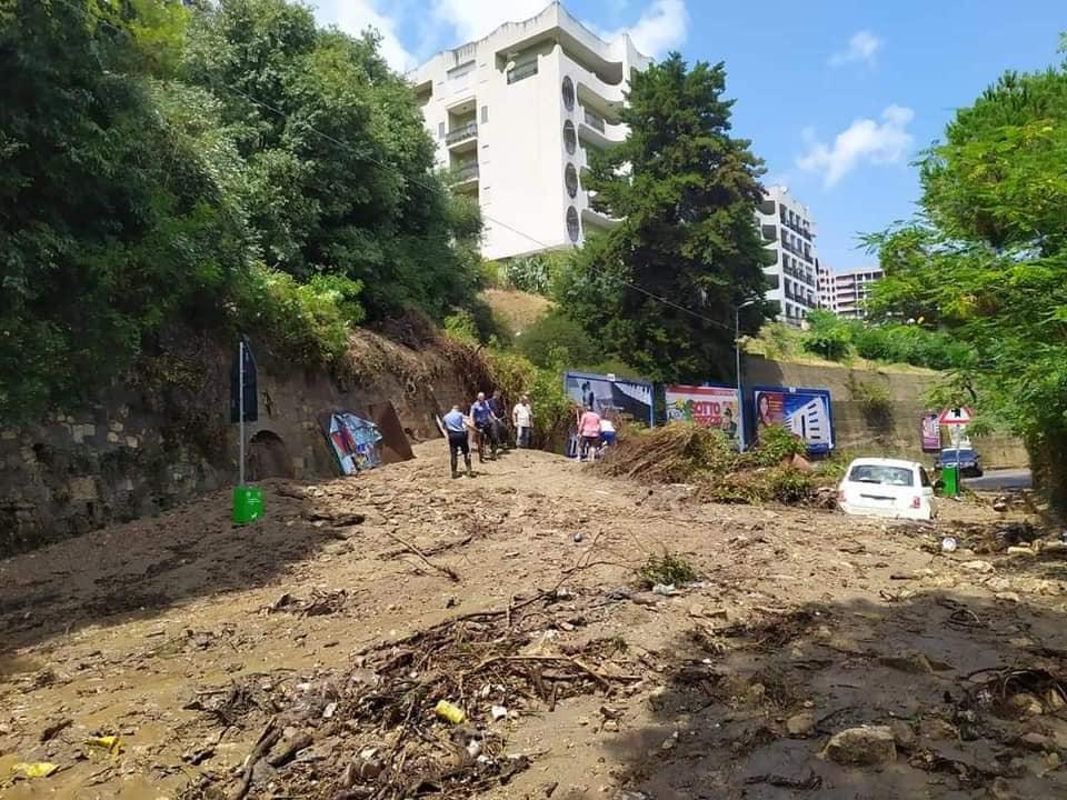 Messina piegata dal maltempo, strade allagate e frana sulla Panoramica dello Stretto: auto bloccata dai detriti – FOTO
