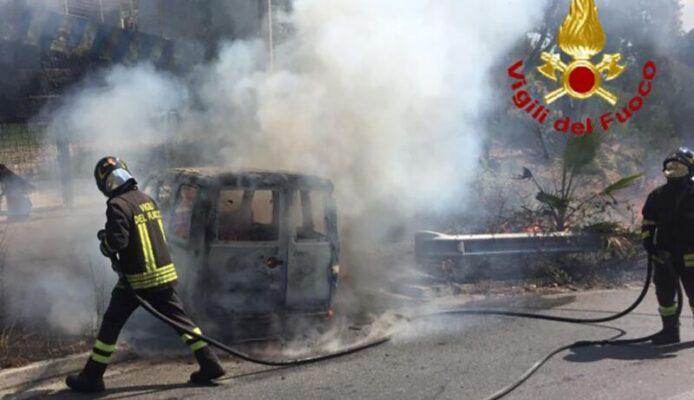 Furgone Fiat Doblò in fiamme in strada, traffico bloccato: vigili del fuoco in azione