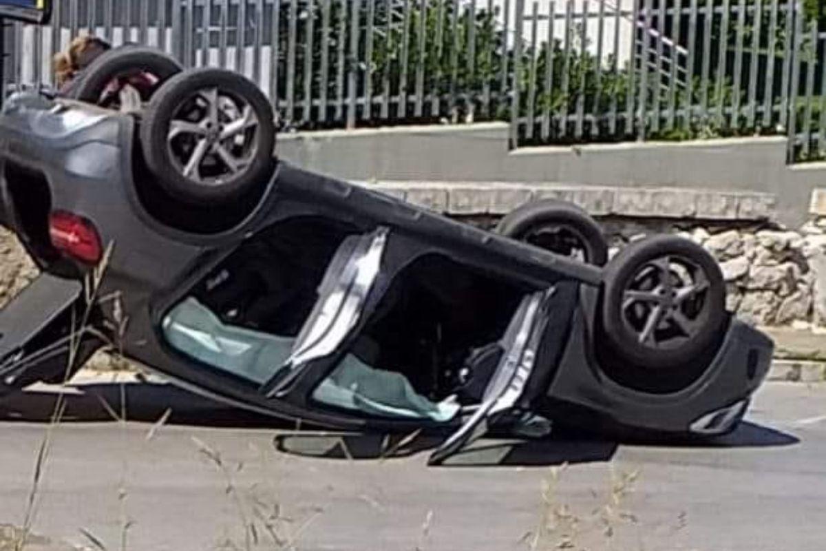 Incidente in centro abitato, auto si ribalta: municipale sul posto per i rilievi