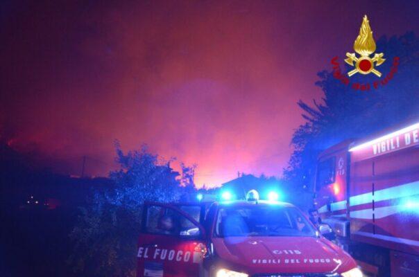 """""""Canadair a Ciampino per rifornirsi di carburante mentre la Sicilia brucia"""", è polemica tra Orlando e Cordaro"""