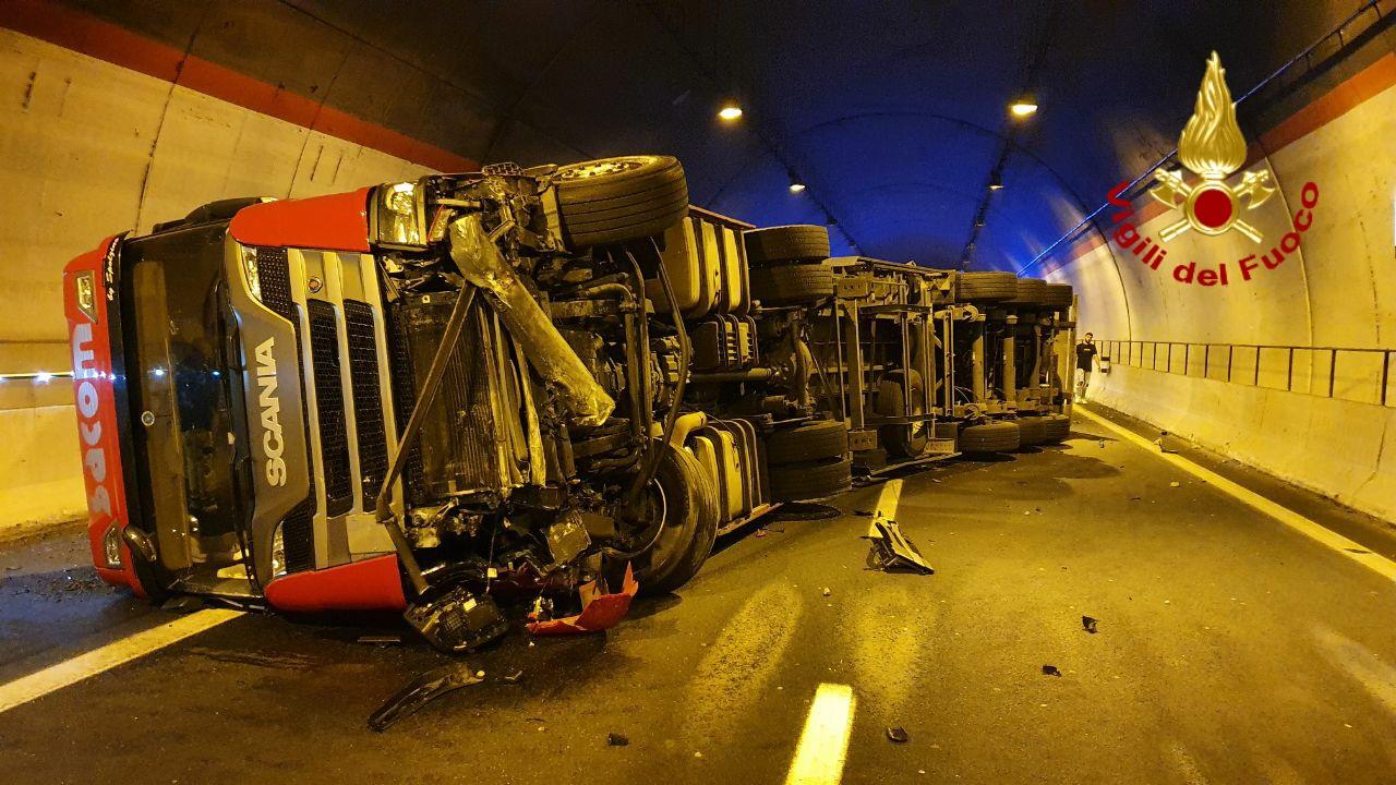 Incidente nelle prime ore del mattino, spaventoso impatto tra tir e auto sulla Catania-Siracusa – DETTAGLI e FOTO