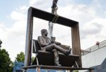 Lucio Dalla torna a Milo, esposta in piazza una scultura in bronzo di Carmine Susinni