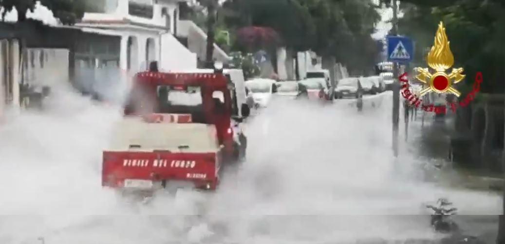 Strade e seminterrati di edifici allagati, il maltempo colpisce Messina: diversi interventi