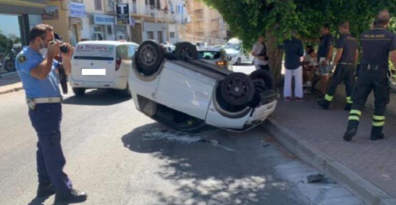 Incidente in via Crispi: perde il controllo e si ribalta con la sua minicar, minorenne ferito