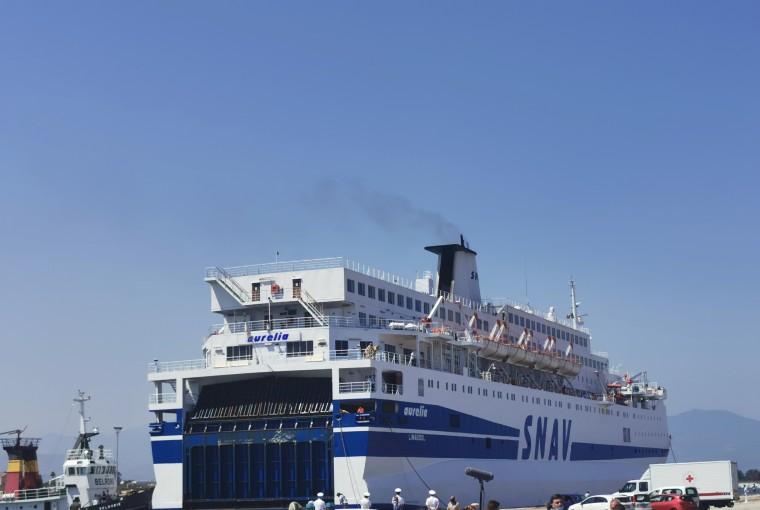 Lampedusa, in corso imbarco di 70 migranti dell'hotspot: nave Aurelia attracca al porto
