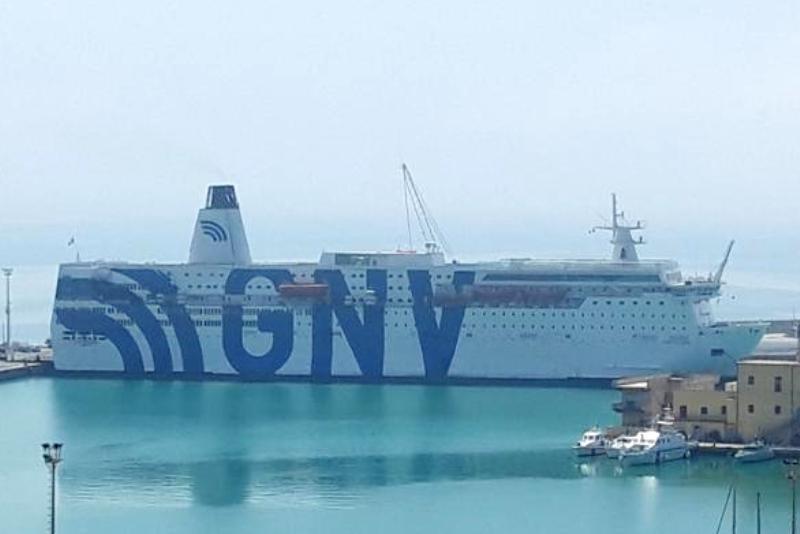 Nave-quarantena in rada al porto con 700 migranti, sindaco Tranchida vieta lo sbarco