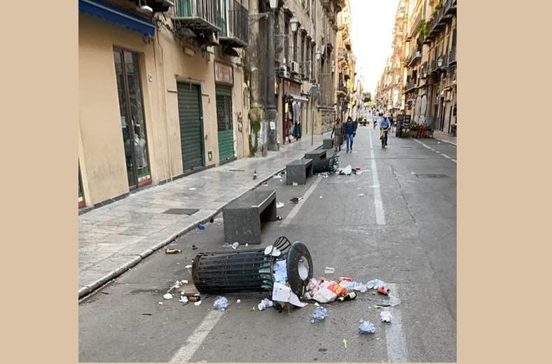 Vandali in azione tra le vie del centro storico, rovesciati 30 cestini dei rifiuti: caccia ai responsabili – VIDEO