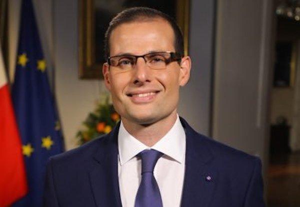 A Malta aumentano i contagi, ma il premier Robert Abela è in vacanza in Sicilia: scoppia la polemica