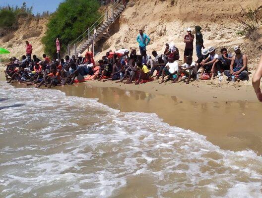 Sbarcano a Pachino sotto gli occhi increduli dei bagnanti, migranti trasferiti in agriturismo