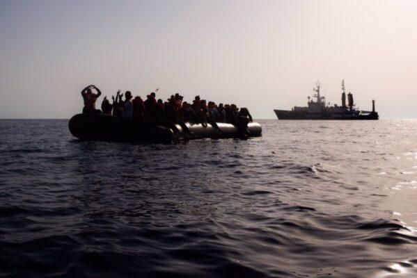 Mediterraneo, soccorse 104 persone in acque internazionali: tra loro 9 bambini