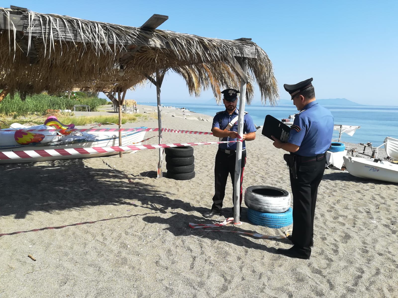 Occupazione abusiva di spiaggia libera e costruzioni non autorizzate: 8 persone denunciate