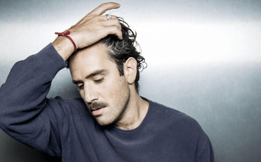 Vacanze siciliane per il cantante Tommaso Paradiso: ieri sera a Ortigia cena e selfie