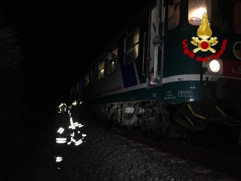Treno con 18 persone a bordo investe gregge di ovini: vigili del fuoco sul posto