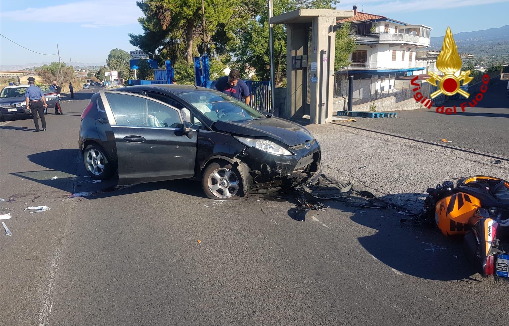 Incidente nel Catanese, le FOTO dell'impatto di questa mattina: motociclista bloccato sotto l'auto