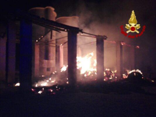 Dall'incidente stradale fino allo spegnimento di un fienile in fiamme: notte impegnativa per i vigili del fuoco – FOTO