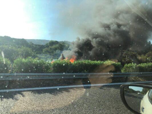 A18, fumo e fiamme in direzione Catania: auto prende fuoco, vigili del fuoco sul posto