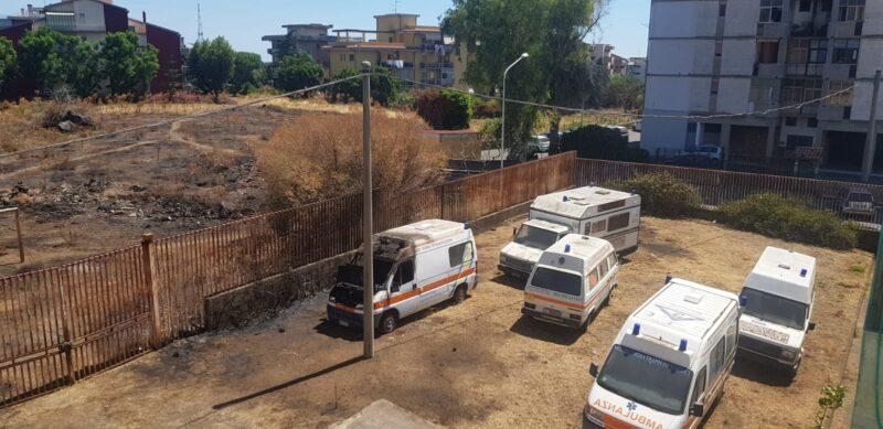 """Catania, il """"cimitero"""" delle vecchie ambulanze in disuso in via Galermo – FOTO"""