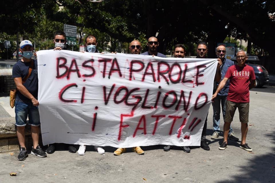 """""""Ridateci il lavoro e la dignità di uomini, padri e mariti"""". Gli ex autisti soccorritori salgono sul tetto del Garibaldi"""