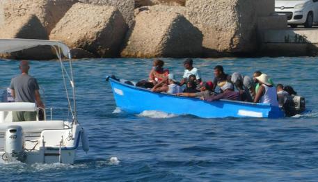 Lampedusa, doppio sbarco di migranti: fra loro 8 minorenni, trasportati tutti al centro d'accoglienza