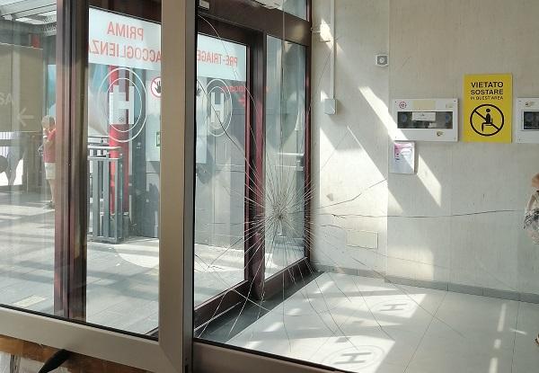 Violenza al Cannizzaro di Catania, minacce e vetrata rotta: uomo denunciato