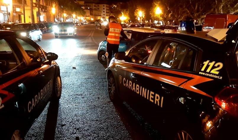 Picchia la compagna in strada, gruppo di amici interviene: 46enne accoltella un giovane, arrestato