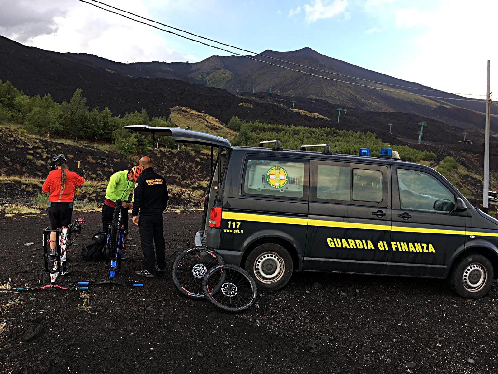 Sorpresi da un violento temporale e da una fitta nebbia sull'Etna: due ciclisti salvati dal Soccorso Alpino