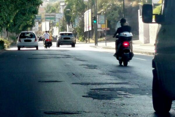 """Il degrado della Circonvallazione di Catania. Strade """"rattoppate"""" e foglie a coprire i semafori: """"Come una vecchia coperta"""""""