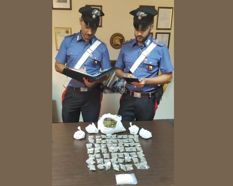 Droga in casa, arrestati tre fratelli: 28enne sferra pugno a carabiniere e gli frattura il braccio