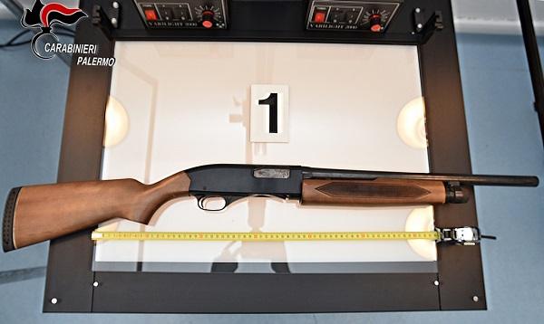 Nasconde fucile nella stalla e revolver in magazzino: in manette agricoltore 52enne