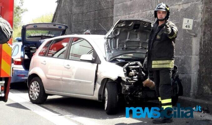 Incidente sulla A18, perde il controllo del mezzo e si schianta: 4 feriti e traffico paralizzato – FOTO