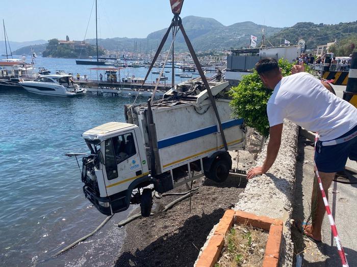 Camion della spazzatura in mare, autista in Rianimazione: mezzo sequestrato, acque invase dai rifiuti