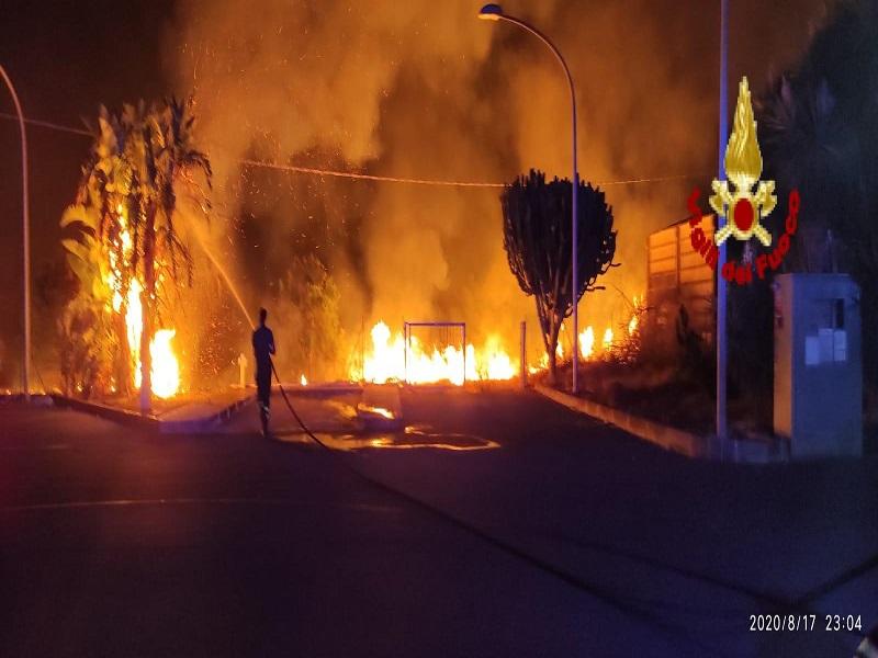 Rifiuti e sterpaglie a fuoco vicino a distributore di benzina: pompieri in azione – FOTO