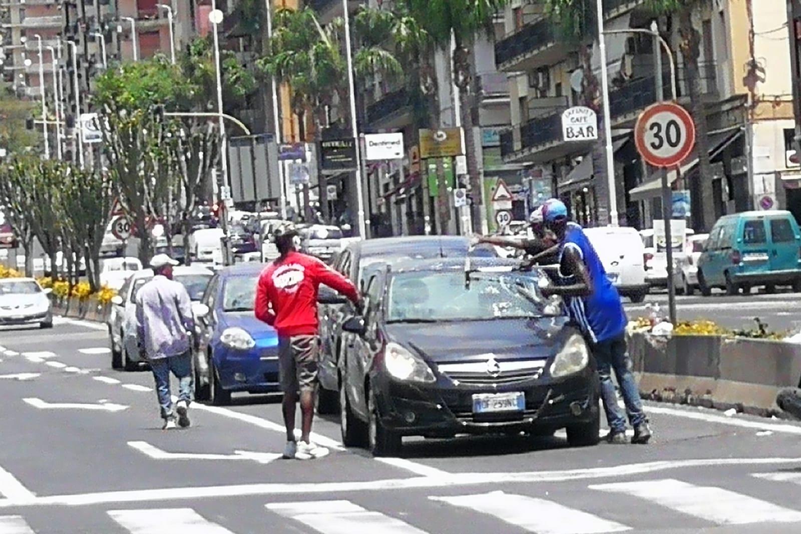 """Caso extracomunitari in via Vincenzo Giuffrida, Ferrara (III Municipio): """"Questi uomini meriterebbero un aiuto"""""""