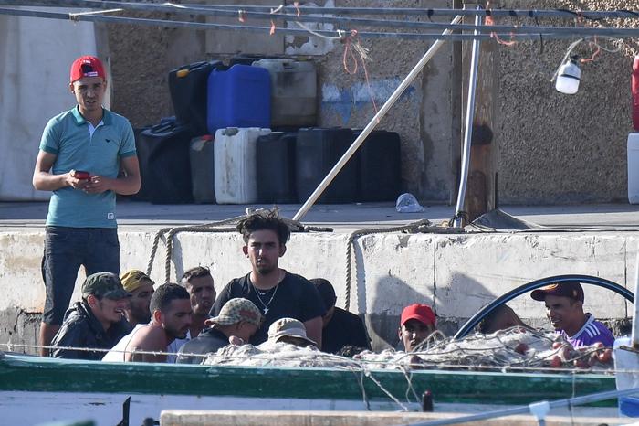 Lampedusa, ancora sbarchi nella notte: 100 migranti trasferiti a Porto Empedocle, 712 restano all'hotspot