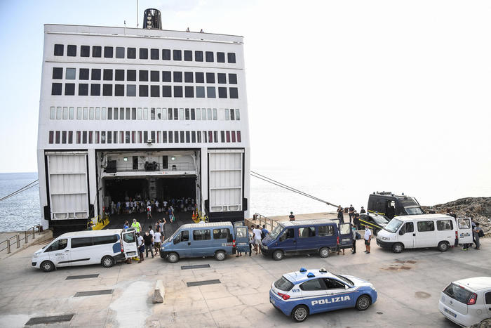 Lampedusa, è iniziato il trasferimento dei migranti sulla nave quarantena