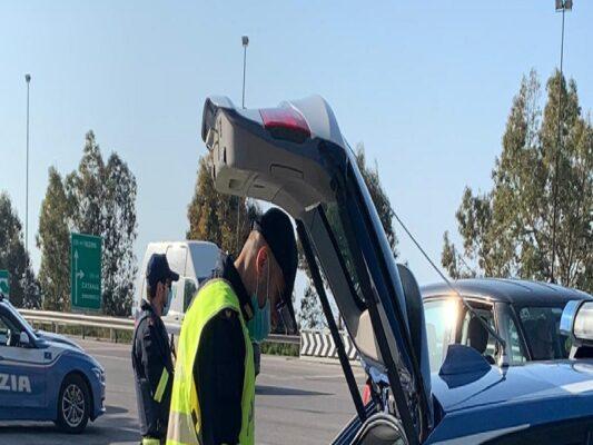 I controlli della Polstrada, tra automobilisti in difficoltà e soccorsi per incidenti: sanzionato uomo in bici sull'A20