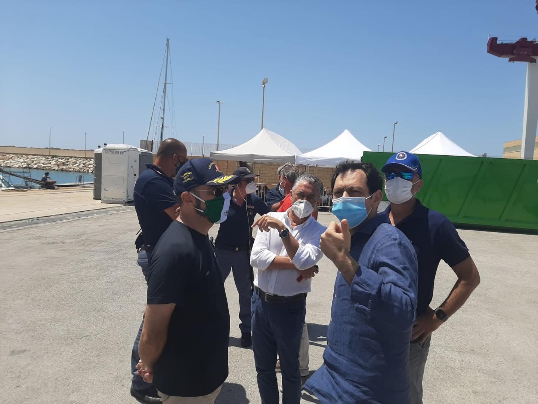 Sicilia e migranti, assessore Razza in visita a Pozzallo tra follie e situazione allo stremo