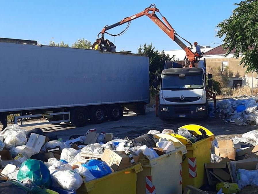 Raccolta differenziata, umido residuo ovunque per limitazioni degli impianti: operatori ecologici ripuliscono la città