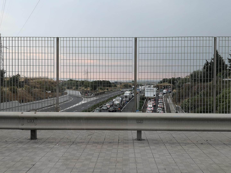 Caos sulla tangenziale di Catania, furgone blocca la strada: le code toccano i 20 chilometri – FOTO e VIDEO