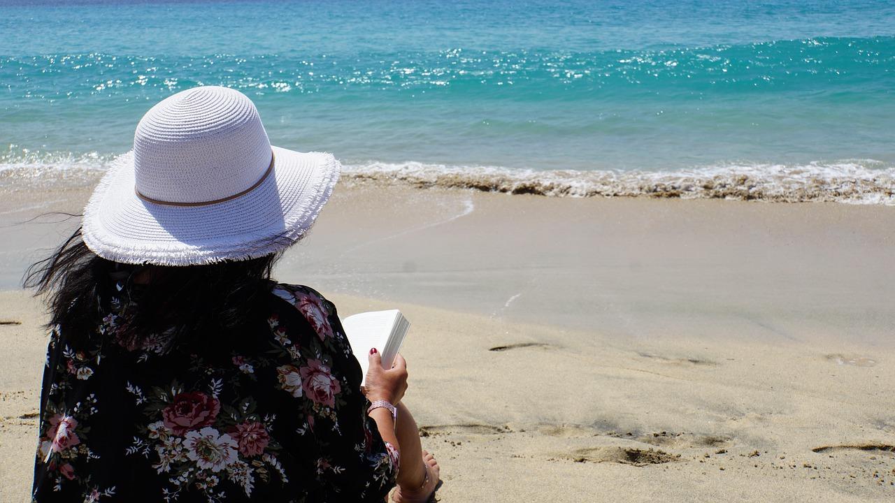 Libri, riviste, tintarella o sport? Come trascorrere il tempo in spiaggia durante le vacanze estive