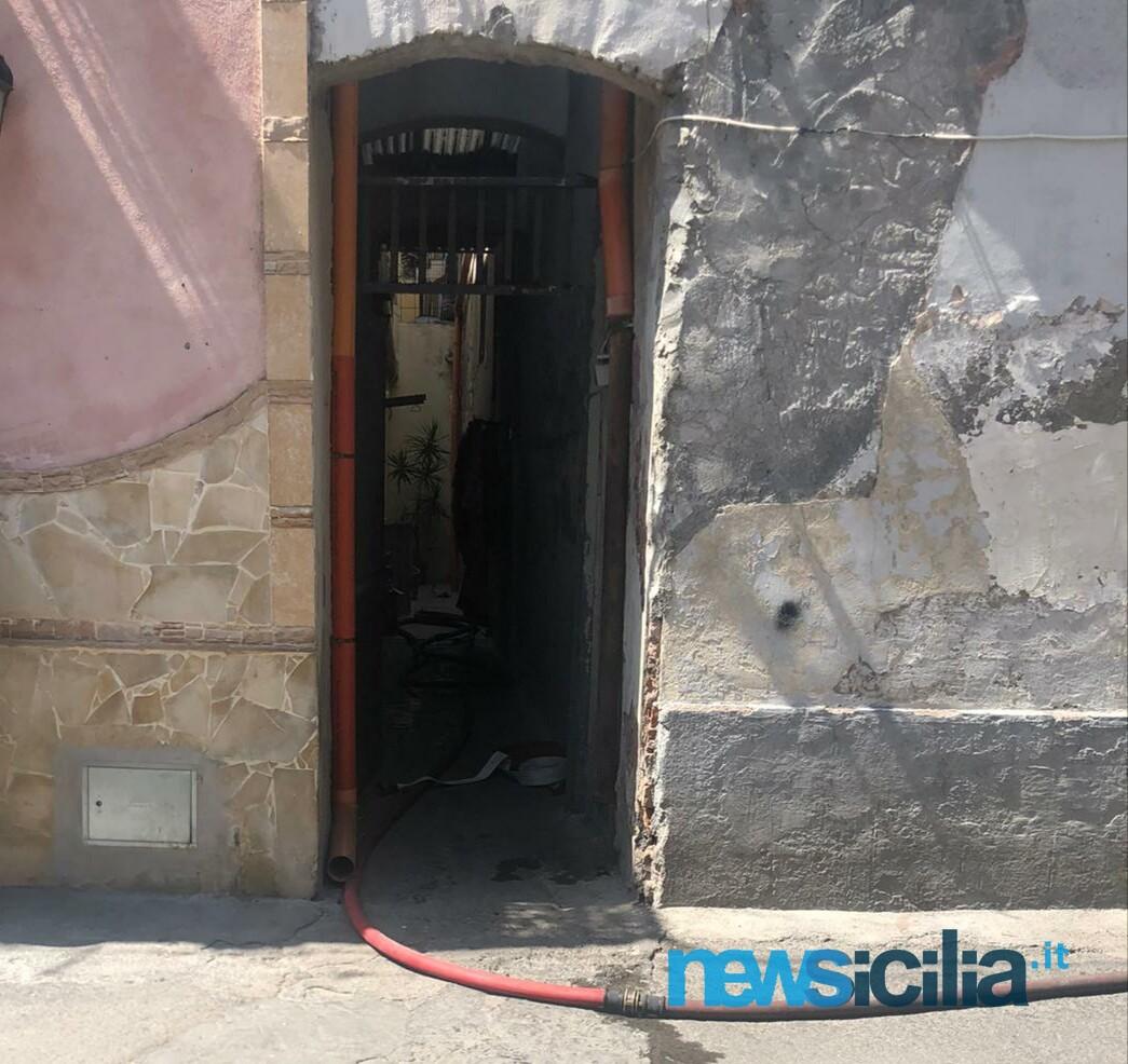 Incendio a Catania, in via Contarini crolla il tetto di un'abitazione: famiglia evacuata – I DETTAGLI