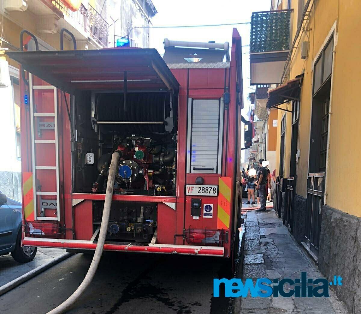 Incendio a Catania, fiamme all'ultimo piano di una palazzina: famiglia evacuata – FOTO