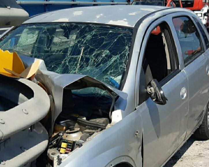 """Auto si schianta contro guardrail sull'Asse dei servizi: 3 feriti e un codice rosso al """"Cannizzaro"""" – FOTO"""