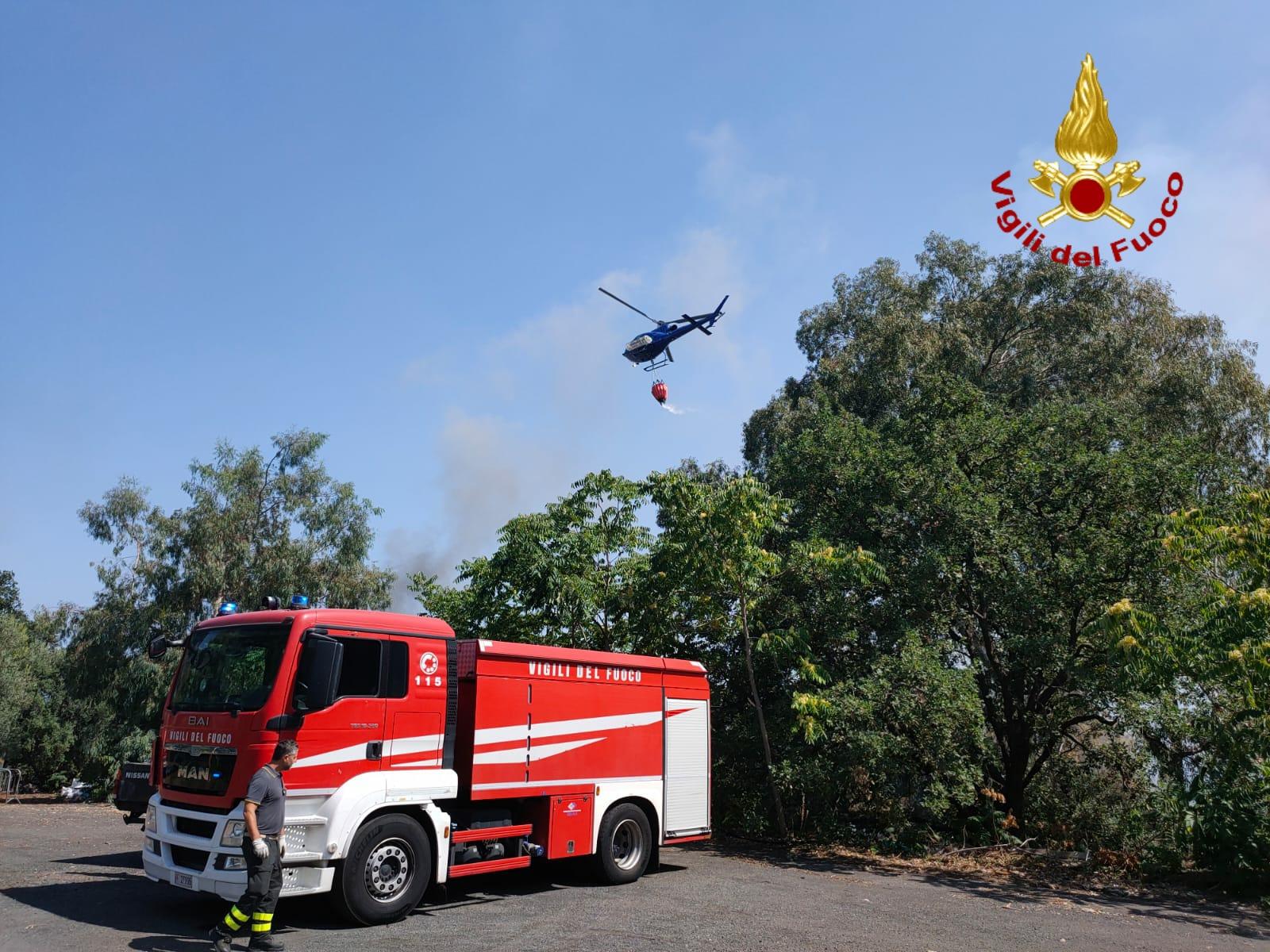 Collina di Vampolieri in fiamme, incendio minaccia abitazioni: bruciano sterpaglie e macchia mediterranea – FOTO