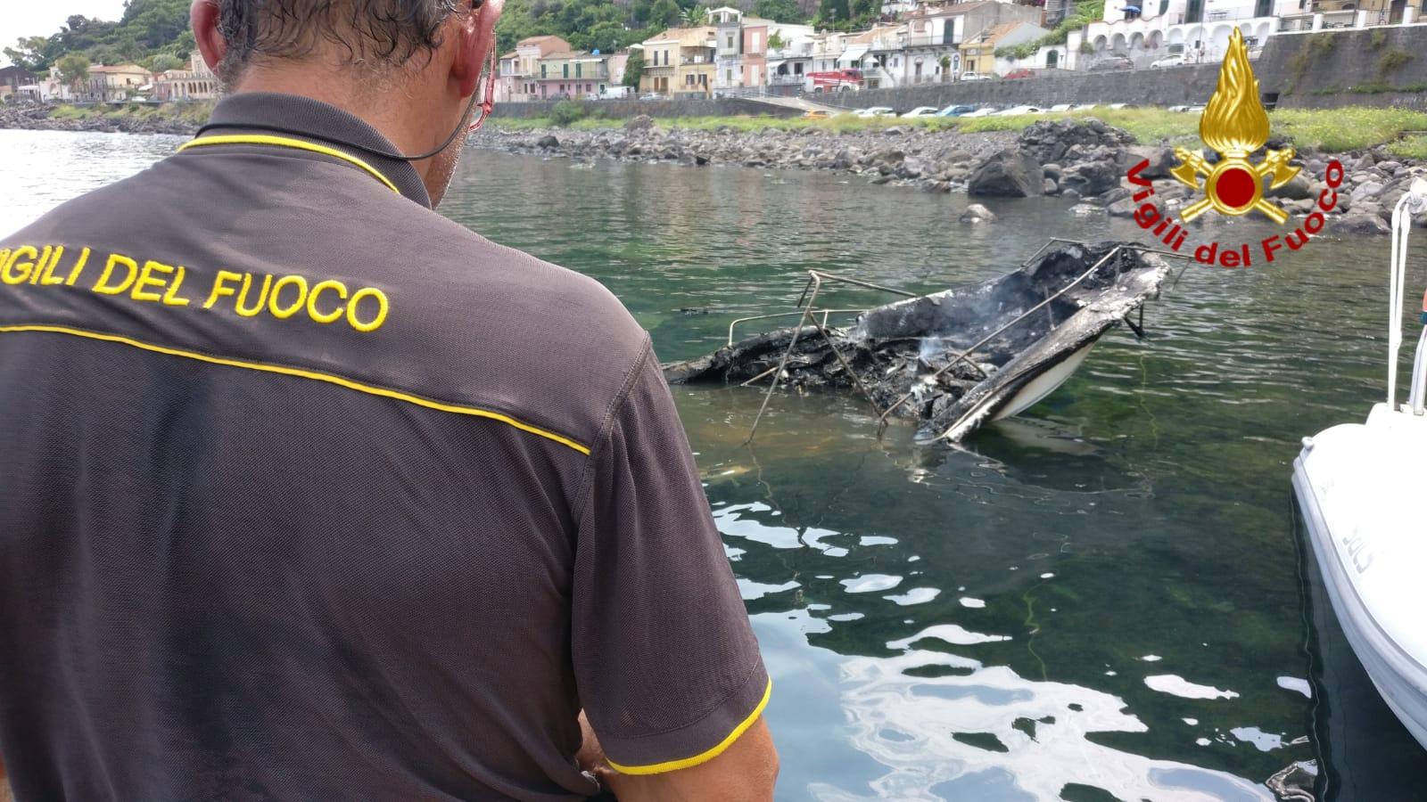 Paura al porto, fiamme distruggono barche nel Catanese: ustionata una persona – FOTO e VIDEO