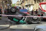 Rocambolesco incidente in pieno centro a Catania: scontro tra due auto, un mezzo si ribalta
