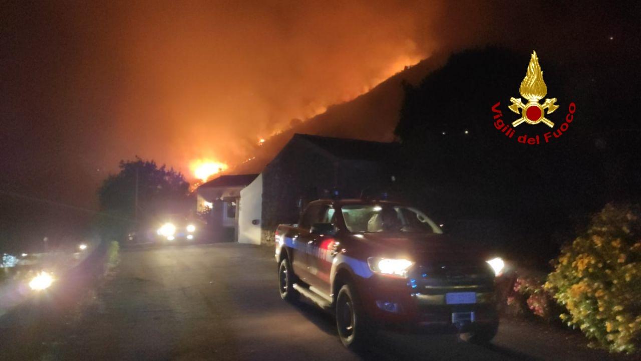 Inferno di fuoco a Trecastagni, brucia Monte Gorna: case minacciate dalle fiamme, residenti evacuati – FOTO e VIDEO