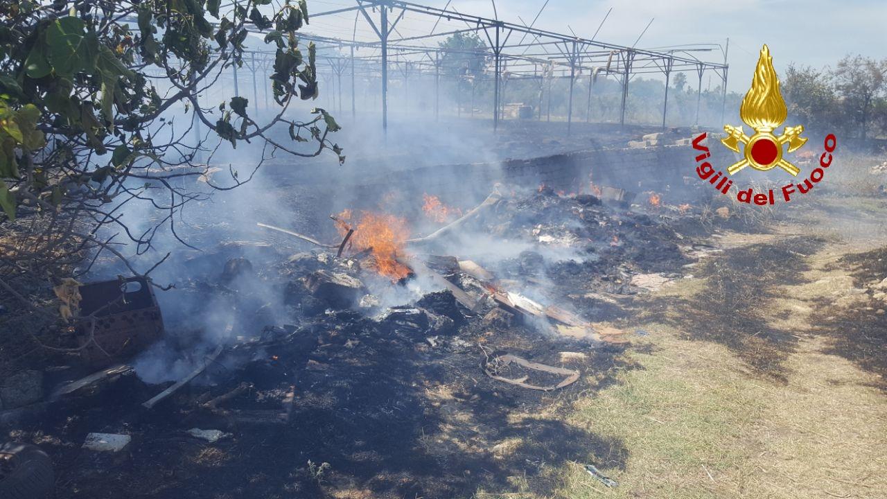 Incendio a Scordia, in fiamme alberi e vegetazione: spento focolaio vicino a bombolone GPL – FOTO e VIDEO