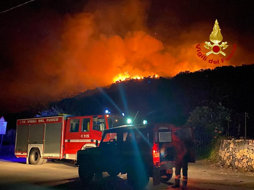 Incendio nel Catanese, da ieri notte bruciano alberi e macchia mediterranea: scoppio sui tralicci dell'alta tensione – FOTO