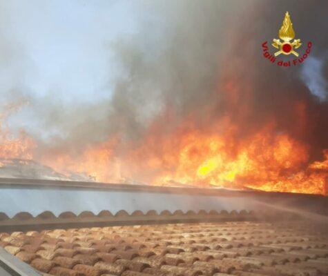 Paura a Santa Tecla, incendio in una villetta: distrutti pannelli fotovoltaici e tetto – FOTO